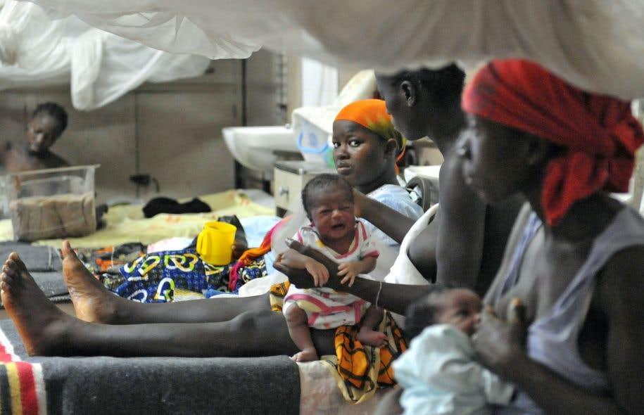 Des mères s'occupent de leurs enfants malades dans un hôpital de Freetown, en Sierra Leone.
