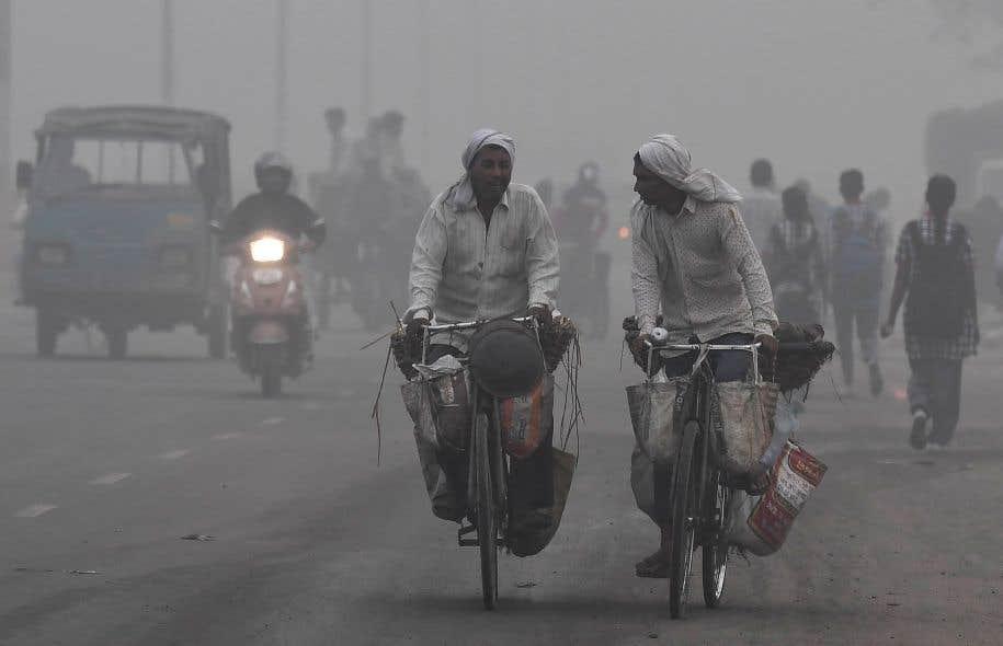Dès le réveil, mardi, les larges artères de New Delhi se sont voilées de gris.