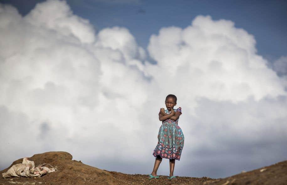 La déforestation, la croissance rapide de la population, la destruction des milieu et le dérèglement climatique sont des défis auxquels l'humanité n'a pas su répondre.