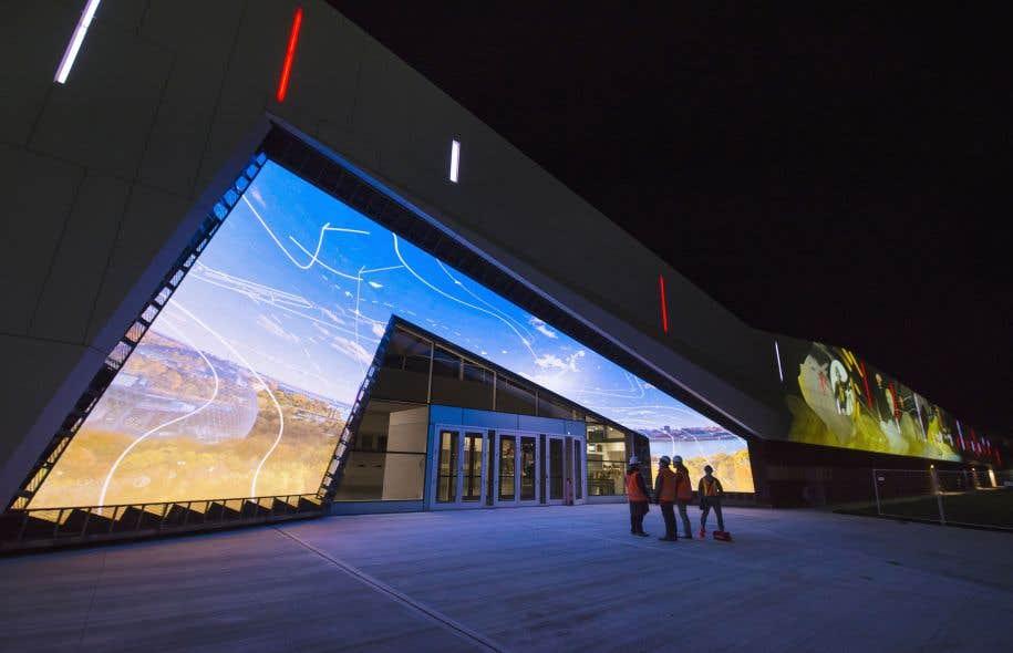 La nouvelle façade du Musée des sciences et de la technologie du Canada projette en boucle une animation lumineuse.