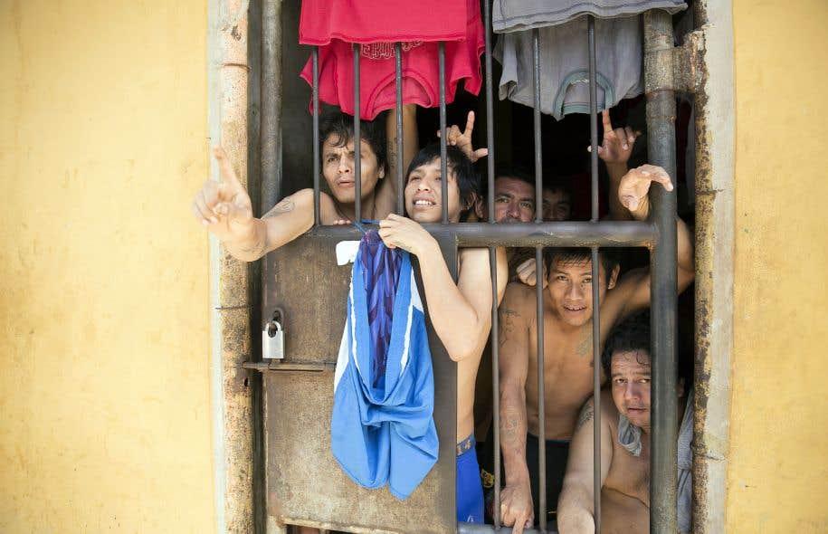 La scène est en Bolivie, dans la prison-ville de Palmasola, forteresse de détention à sécurité maximale où vivent quelque 3500 prisonniers, pour ainsi dire en autarcie.