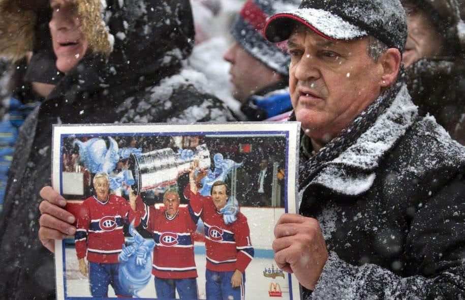 Un partisan endeuillé du Canadien aux funérailles nationales de Jean Béliveau, en décembre 2014