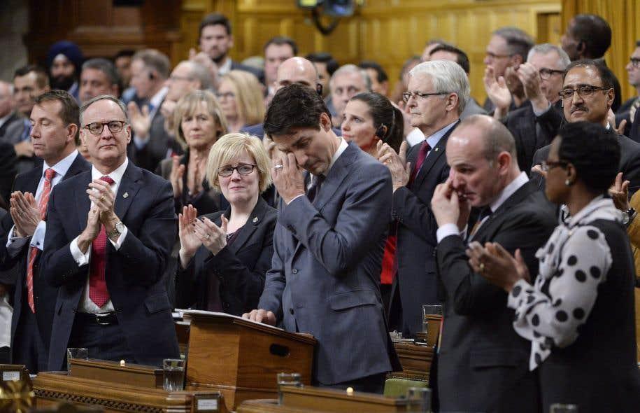 Le premier ministre Justin Trudeau essuyant ses larmes, mardi, après avoir présenté ses excuses à la communauté LGBTQ2. Son père, Pierre Elliott, n'aurait probablement pas approuvé ses épanchements.