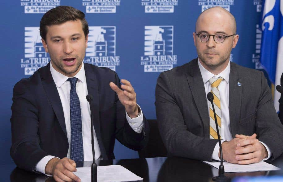 Le député solidaire Gabriel Nadeau-Dubois et le chef du parti Option nationale, Sol Zanetti, lors d'une conférence de presse le 5 octobre dernier