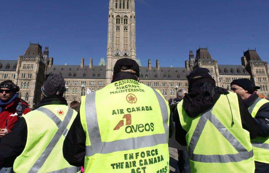 Aveos effectuait l'entretien des avions d'Air Canada, puis a brusquement fermé ses portes en 2012, avant de faire faillite.Sur la photo, des travailleurs en lockout manifestent devant le parlement d'Ottawa.
