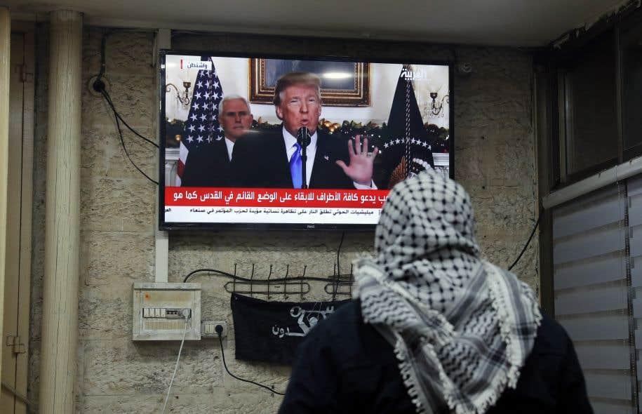 Un Palestinien regarde l'allocution de Donald Trump dans un café de Jérusalem.