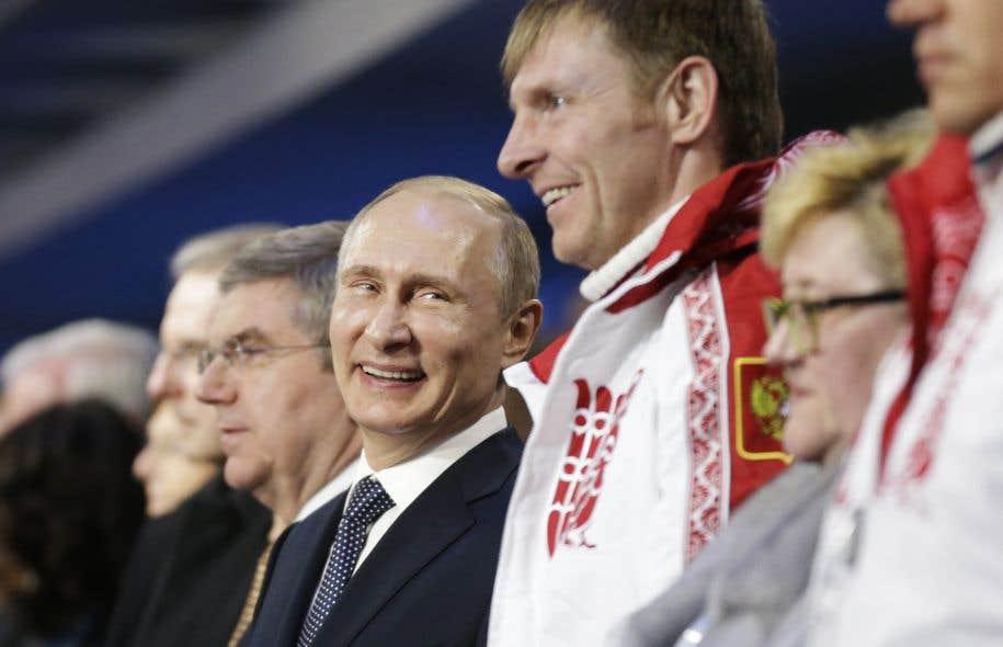 Vladimir Poutine et l'athlète russe Alexander Zubkov à Sotchi, en 2014