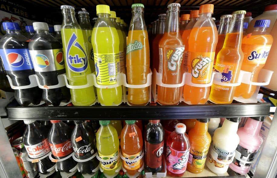 Le conseil municipal de Montréal a convenu lundi d'éliminer progressivement les boissons sucrées dans les bâtiments municipaux et de demander au gouvernement fédéral de taxer ces produits.