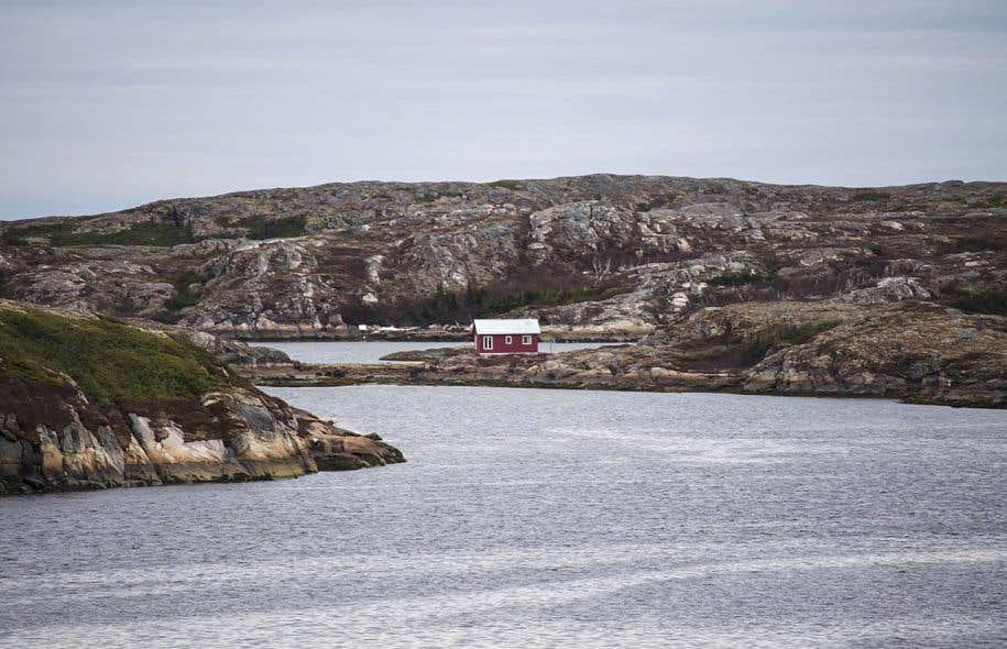 La réserve de Pakuashipi se situe à environ 330 kilomètres en aval de Blanc-Sablon. Cette région est prisée par les habitants de la Côte-Nord qui y construisent des chalets de pêche.