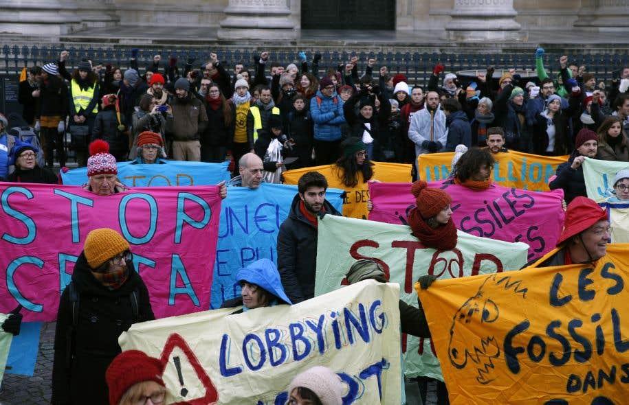 Une manifestation pour dénoncer le peu de mesures prises pour contrer le réchauffement climatiqueen marge du One Planet Summit