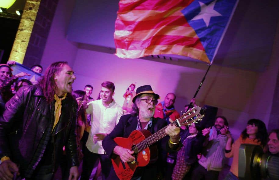 Des indépendantistes catalans célèbrent la victoire de leur option aux élections régionales imposées par Madrid.