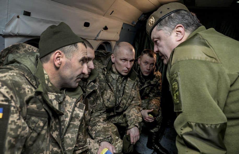 Le président ukrainien, Petro Porochenko (à droite), discute avec des soldats ukrainiens libérés à la suite d'un échange de prisonniers.