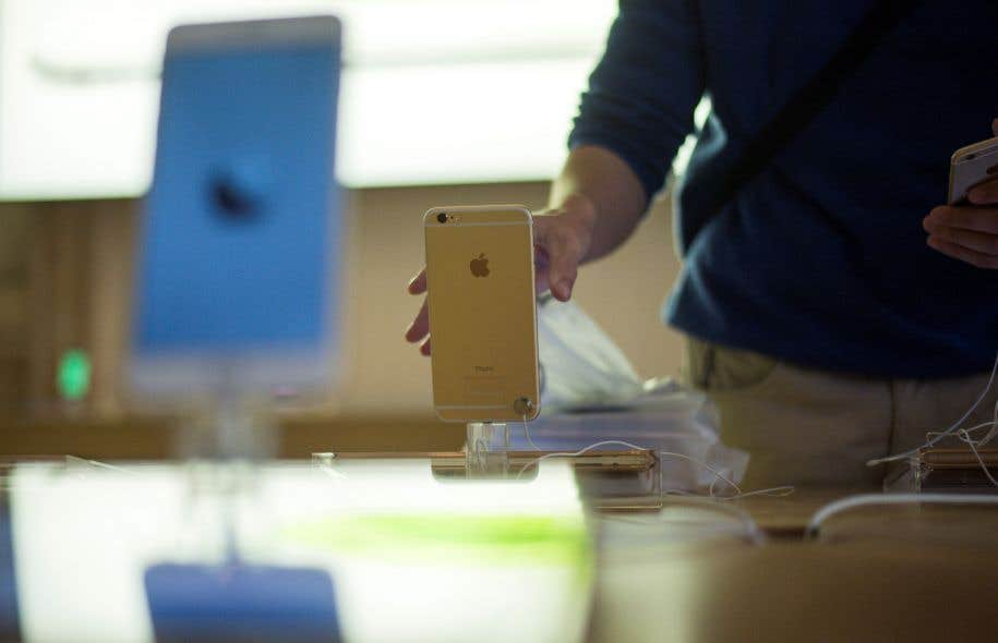 Apple a admis avant Noël ralentir volontairement ses anciens modèles d'iPhone.