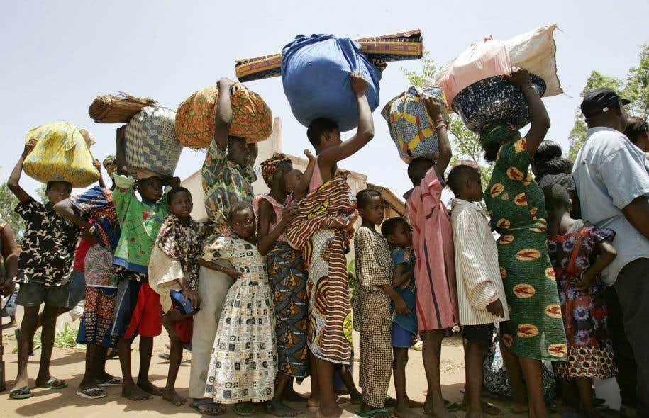 Comme ces réfugiés togolais en déplacement forcé, les femmes du Cantique de l'acacia ont dû fuir leur pays.