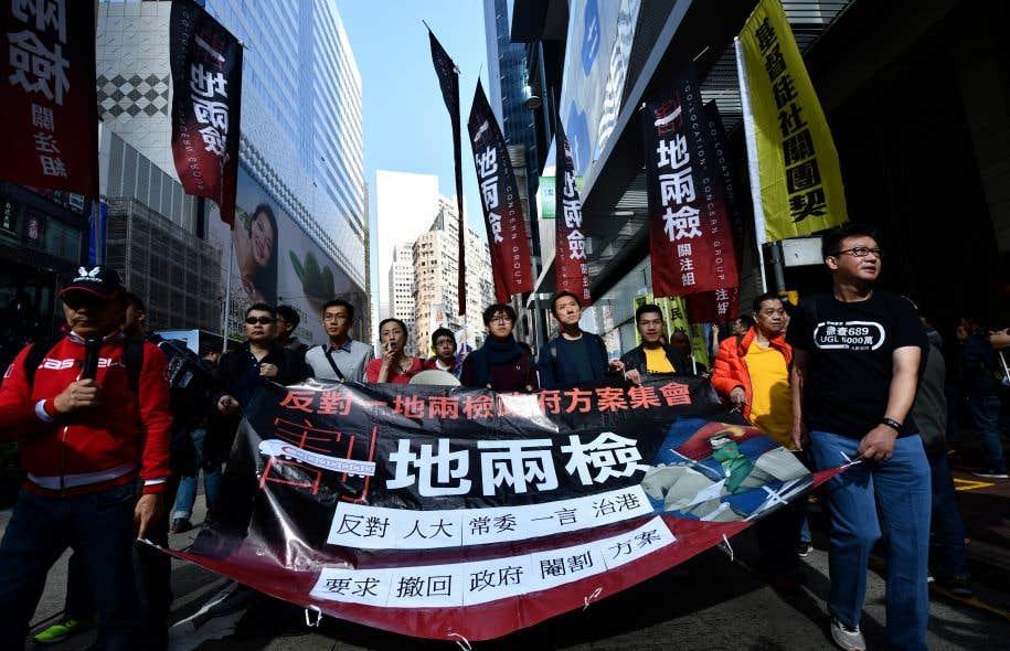Les législateurs pro-démocratie, les militants et certains avocats considèrent ce projet comme une violation de la loi fondamentale hongkongaise.