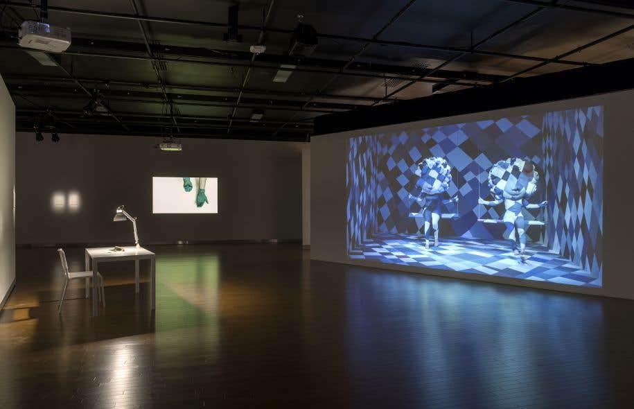 Vue de l'exposition «Pattern» avec, de gauche à droite: Adélaïde Fériot, «L'hésitation», 2010; Kapwani Kiwanga, «Forms of Absence», 2014; Ines Doujak, «A Mask Is Always Active», 2014