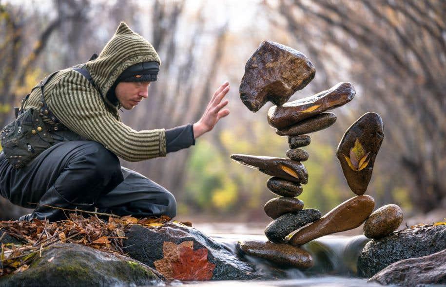 Comme un Petit Poucet, l'artiste Michael Grab laisse partout derrière lui les traces géologiques de son passage et de son affection toute minérale.