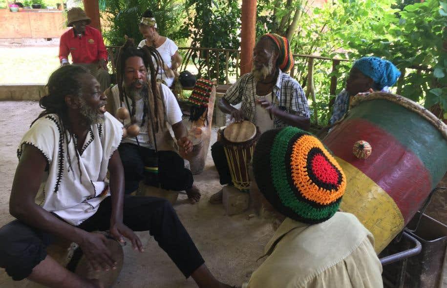 C'est à travers la musique que les messages sont transmis. Le rythme lancinant des tambours et les diatribes enflammées contre Babylone sont le lot courant des rassemblements.
