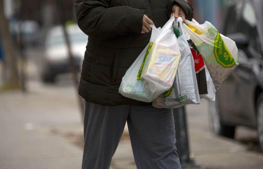 La Ville de Montréal a banni les sacs de plastique sur son territoire au début de l'année.