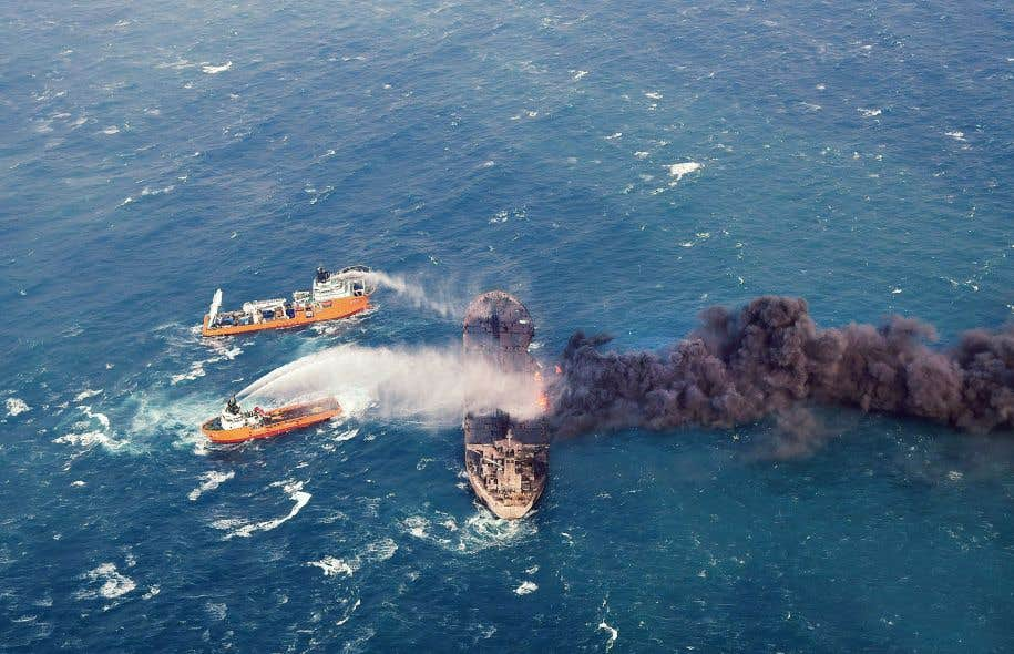 Des navires chinois essayant d'endiguer l'incendie sur le «Sanchi» le 11 janvier dernier. Le pétrolier a finalement sombré dans la mer dimanche, ne laissant aucun survivant.