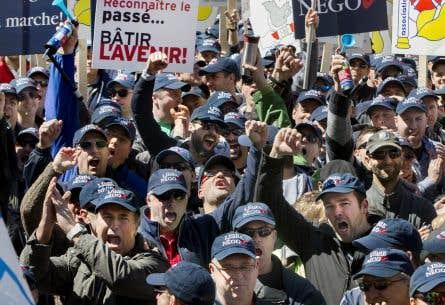 Des milliers d'employés municipaux dénonçant le projet de réforme des régimes de retraite du gouvernement Couillard, au printemps dernier.