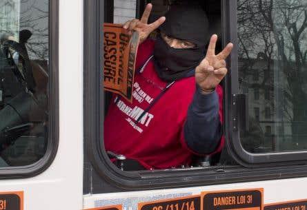 Les services d'autobus et de métro ont fonctionné comme à l'habitude à Montréal, mais des syndiqués ont tout de même manifesté contre le projet de loi 3 du ministre libéral des Affaires municipales Pierre Moreau.