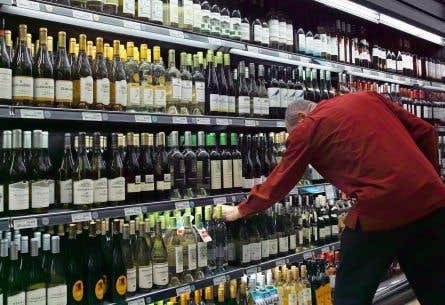 La Commission suggère de libéraliser le commerce des vins et spiritueux tout en maintenant les activités de la Société des alcools du Québec dans ce secteur.