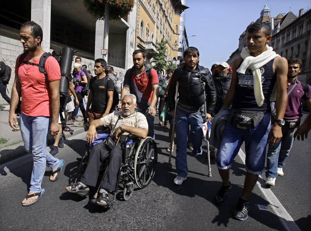 Des migrants quittent la Hongrie à pied