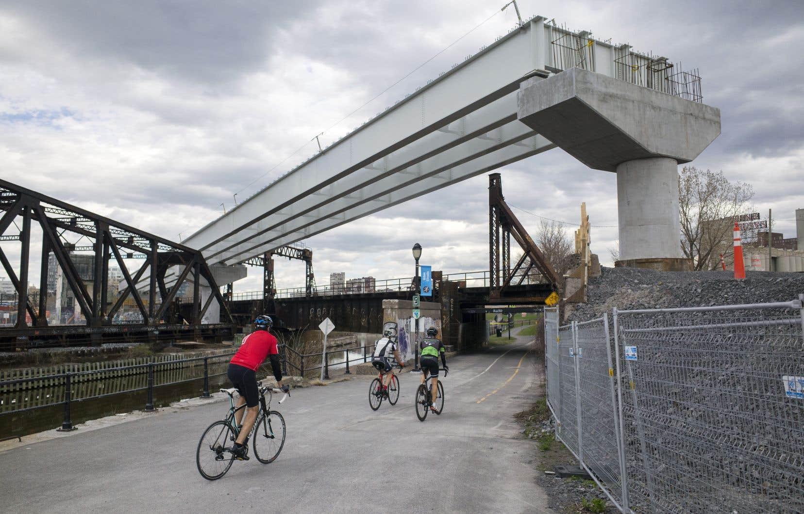 «Comment explique-t-on que Parcs Canada ait autorisé la traversée brutale de l'emblématique canal de Lachine par le REM, et sur quelle évaluation d'impacts patrimoniaux?» se demandent les auteurs.