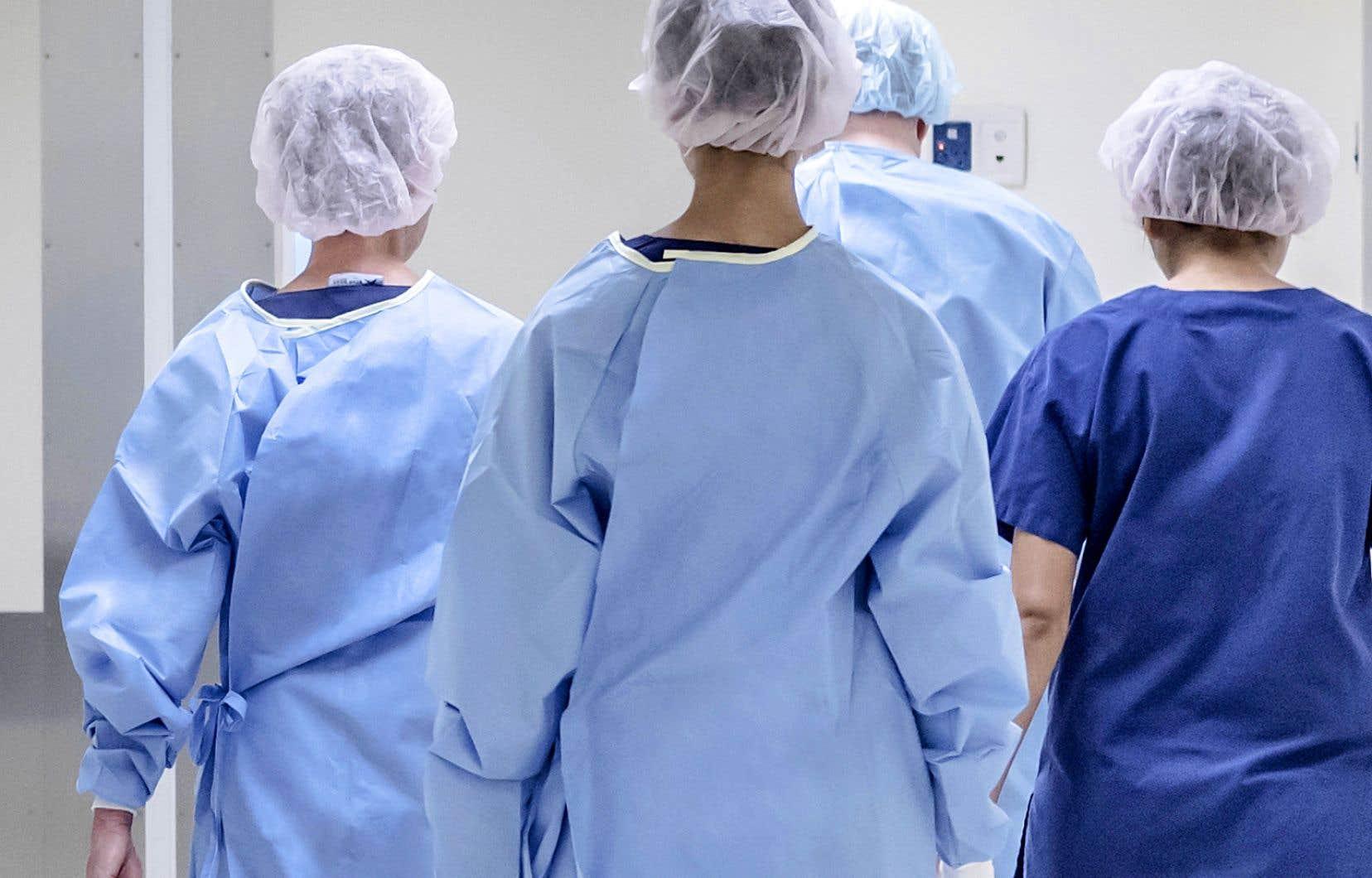 Plus de 1300 travailleurs de la santé, souvent non adéquatement vaccinés, ont contracté la COVID-19 cet été et ont entraîné l'isolement de centaines d'autres.