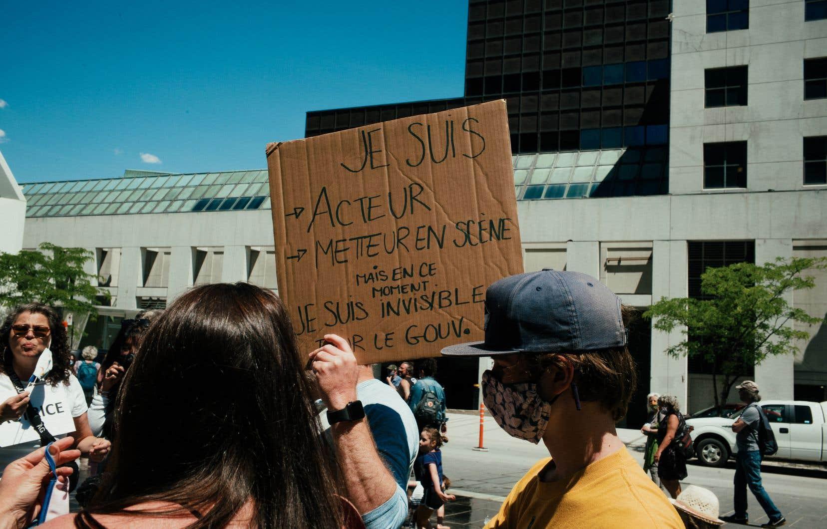 Les artistes réclament une révision des lois adoptées en 1987 qui encadrent leurs conditions de travail. En photo: manifestation à Montréal en juin 2020.