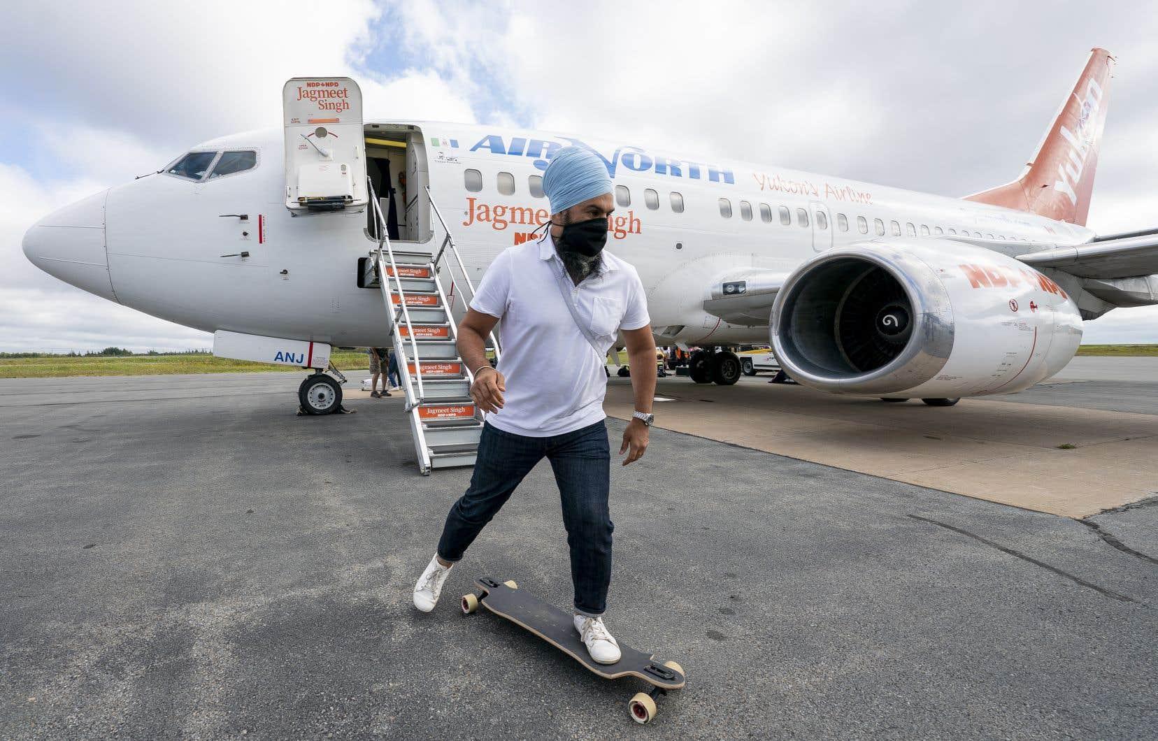 Le chef du NPDJagmeet Singh sur le tarmac de l'aéroport d'Halifax.