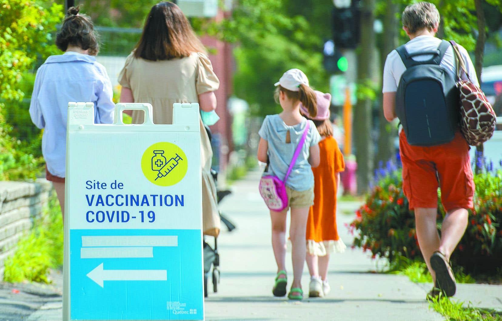 Les travailleurs de la santé du Québec ont jusqu'au 15octobre pour recevoir les deux doses du vaccin contre la COVID-19 ou risquent d'être suspendus sans salaire.