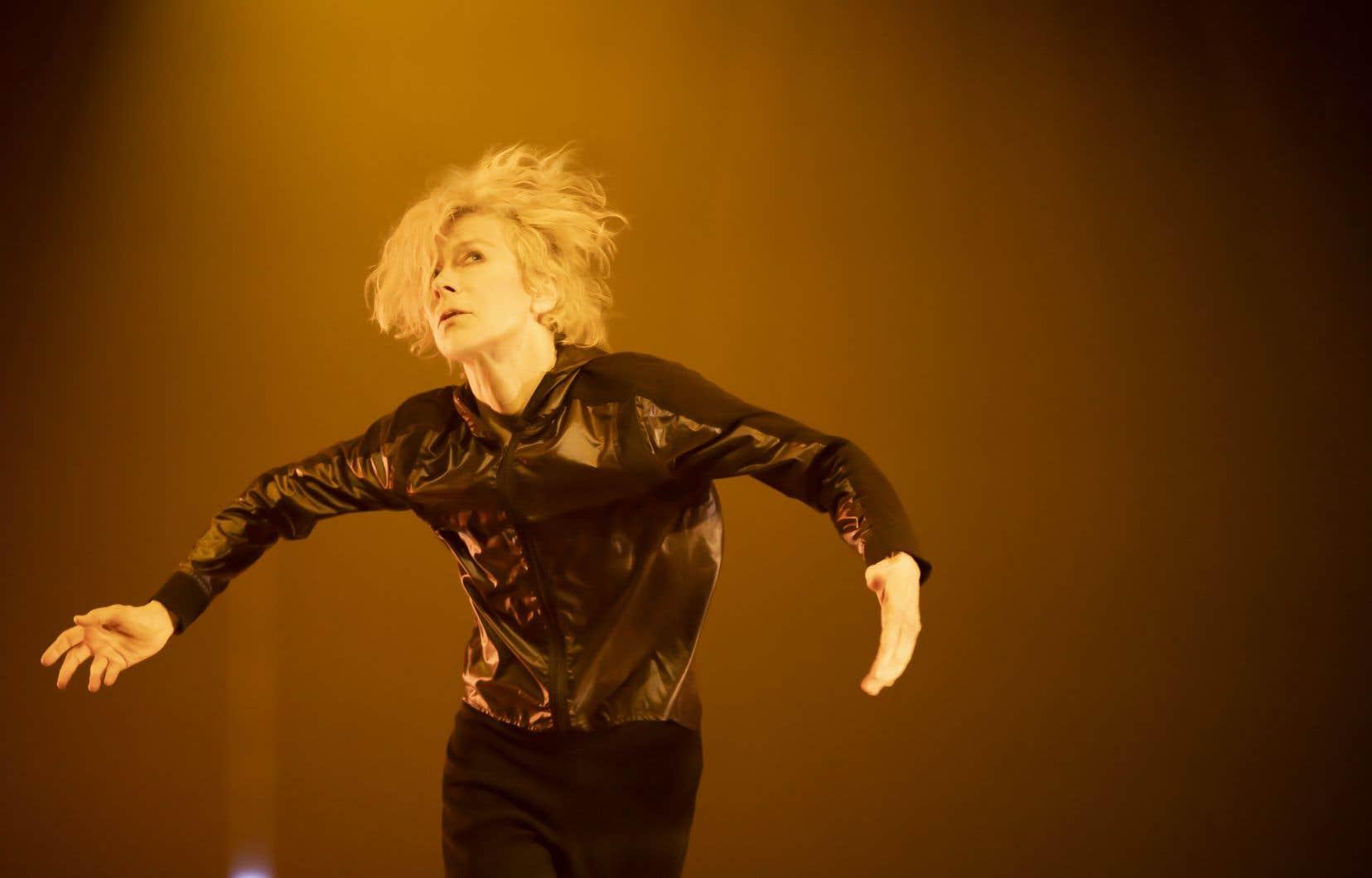 C'est un corps total que l'on découvre sur scène, un corps tout en subtilités qui dévoile une interprète virtuose.