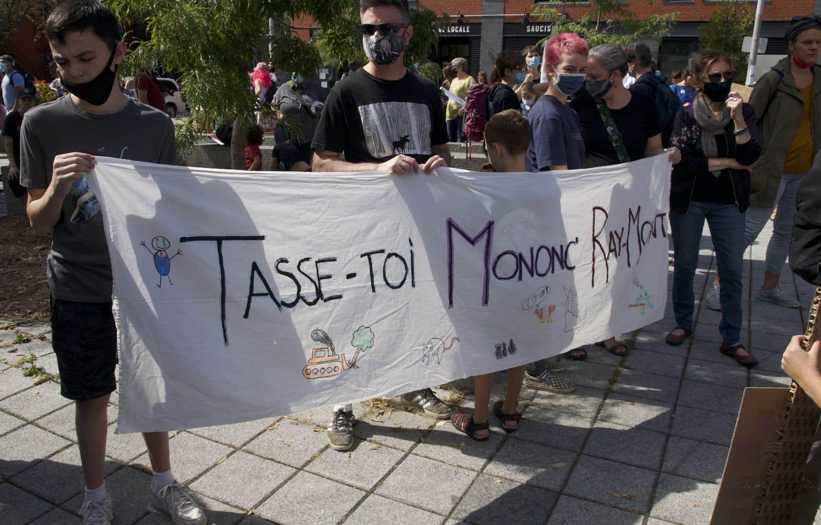 Plusieurs centaines de personnes ont manifesté contre le projet de plateforme de transbordement de conteneurs de Ray-Mont Logistiques.