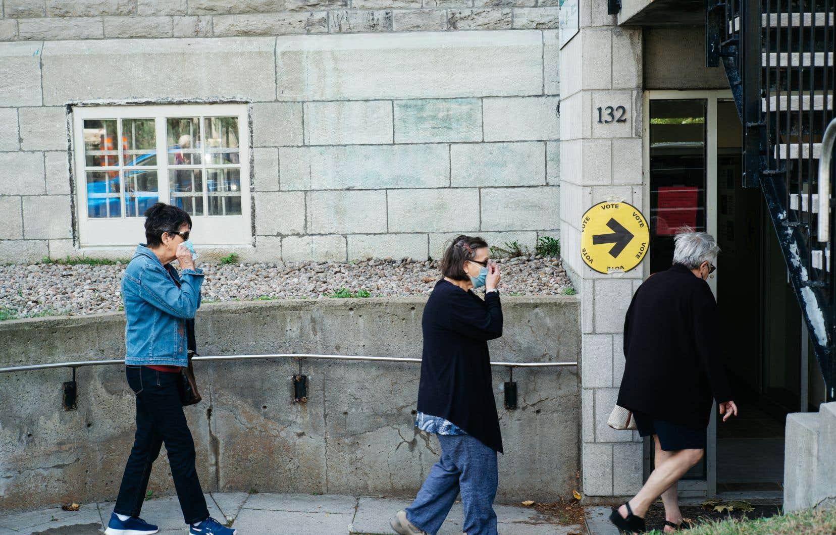 Des citoyens se rendent à un bureau électoral, à Longueuil, lors d'une journée de vote par anticipation, la semaine dernière.