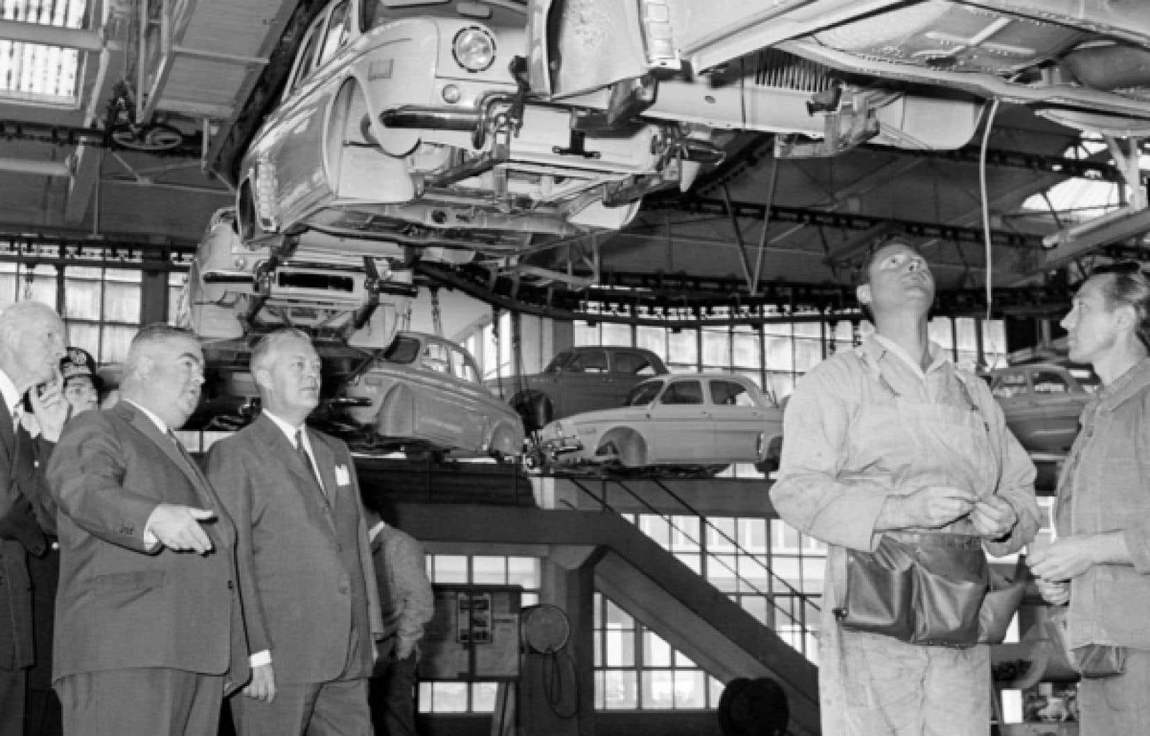 Jean Lesage (troisième à partir de la gauche) visitant les usines Renault en octobre 1961. Charles de Gaulle avait voulu que le premier ministre du Québec soit reçu en France «comme un chef d'État».<br />