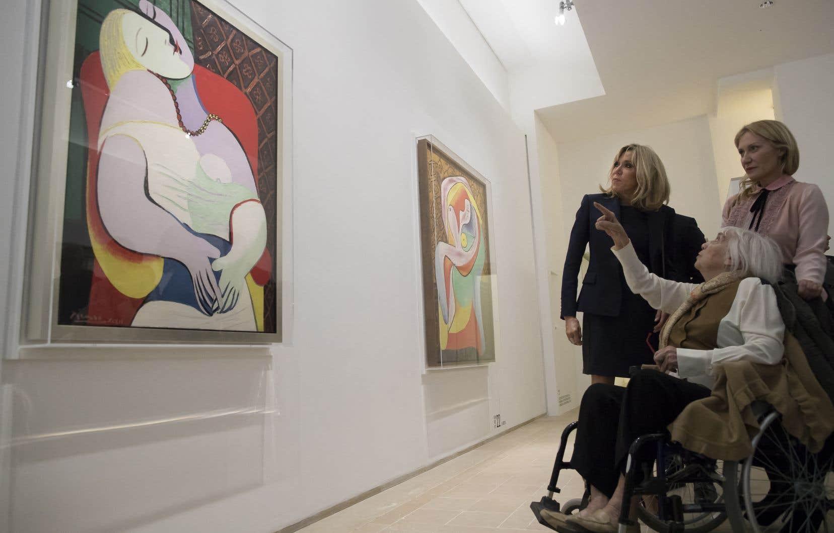 Maya Ruiz-Picasso (en fauteuil roulant), sa fille Diana Widmaier Picasso et Brigitte Macron, en 2017, devantun tableau de Pablo Picasso de 1932: «Le rêve».