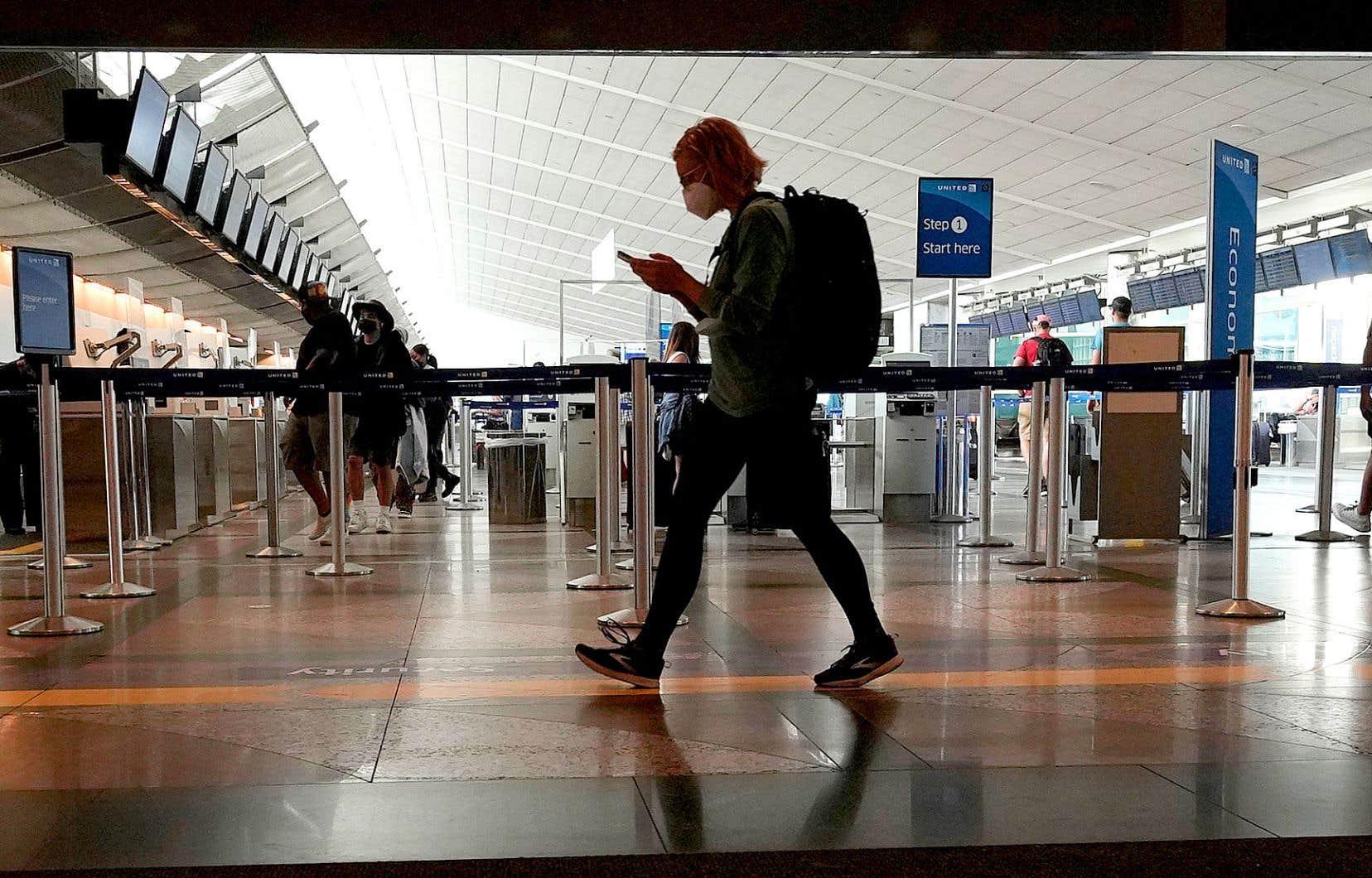 Des voyageurs à l'aéroport de Denver, en août dernier. En plus de devoir présenter une preuve de vaccination contre la COVID-19, les voyageurs internationaux devront porter un masque et se faire tester dans les trois jours précédant leur voyage vers les États-Unis.