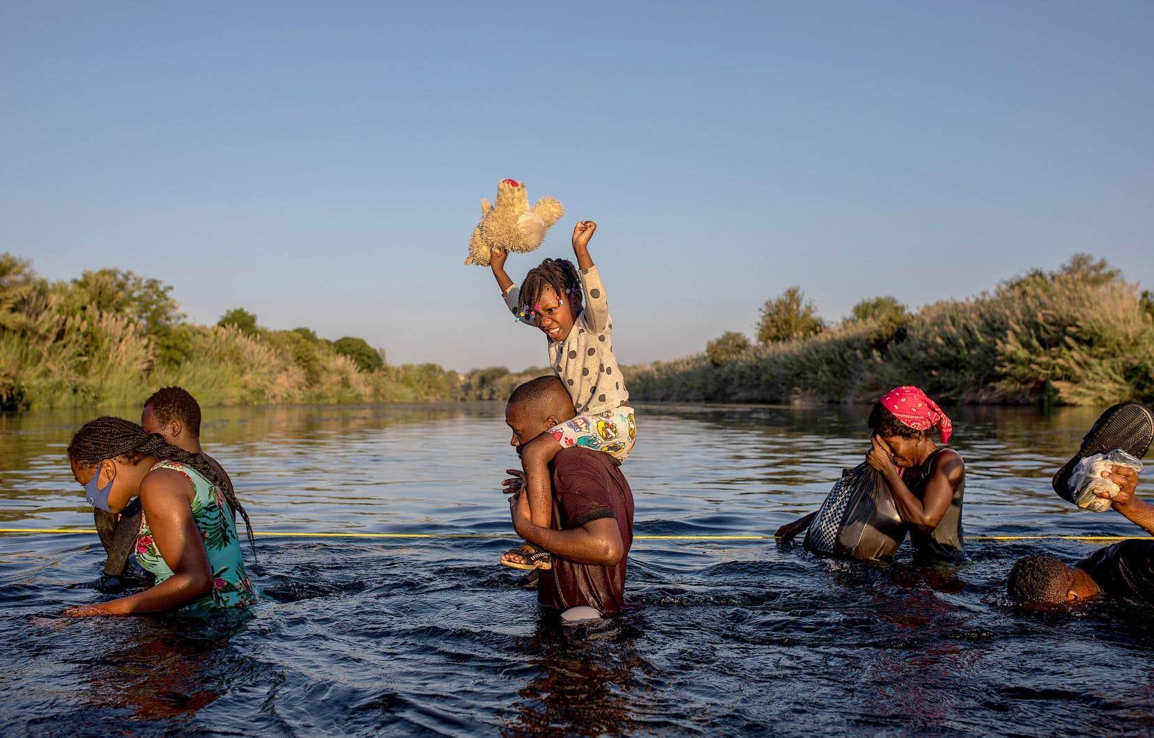 Les États-Unis font face à un afflux de réfugiés à la frontière avec le Mexique depuis le début de l'année. Sur la photo, des migrants en provenance d'Haïti espérant s'établir aux États-Unis rebroussent chemin vers le Mexique pour éviter d'être expulsés par les Américains.