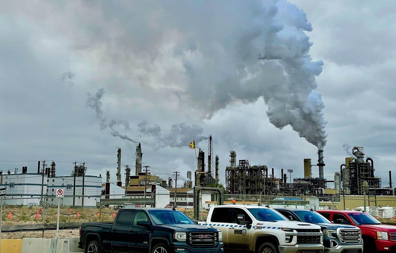 La production pétrolière canadienne se concentre dans les sables bitumineux, une industrie importante dans l'ouest du Canada.