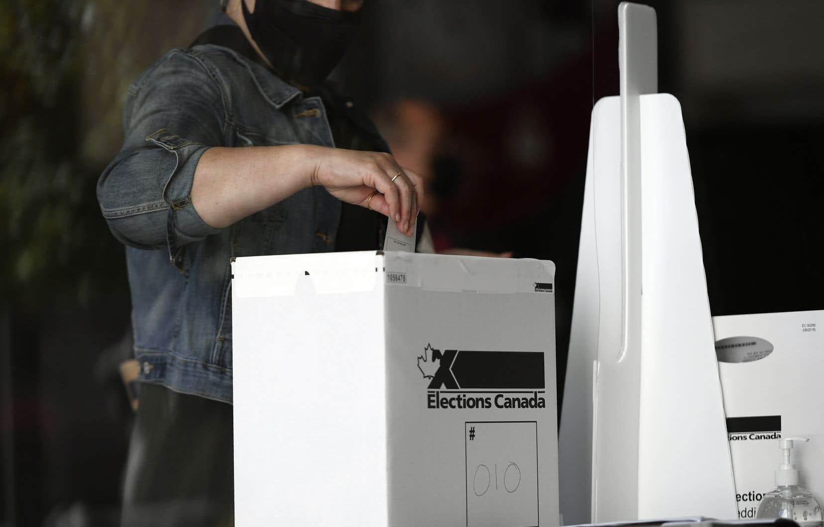 Les délais dans cette partie du dépouillement s'expliquent en partie par la nécessité de vérifier chacune des enveloppes de vote pour éviter les doublons.