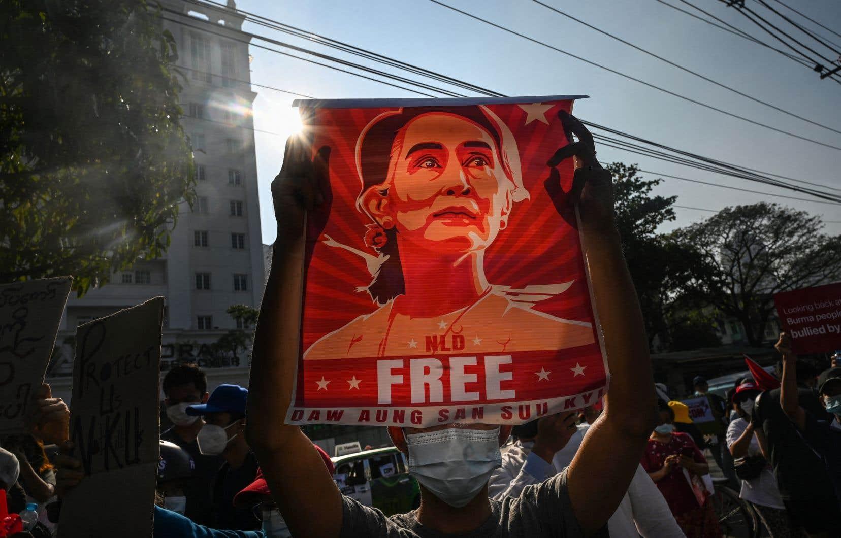 Plusieurs personnes demandent la libération de l'ancienne cheffe du gouvernement Aung San Suu Kyi, renversée par la junte militaire le 1er février.