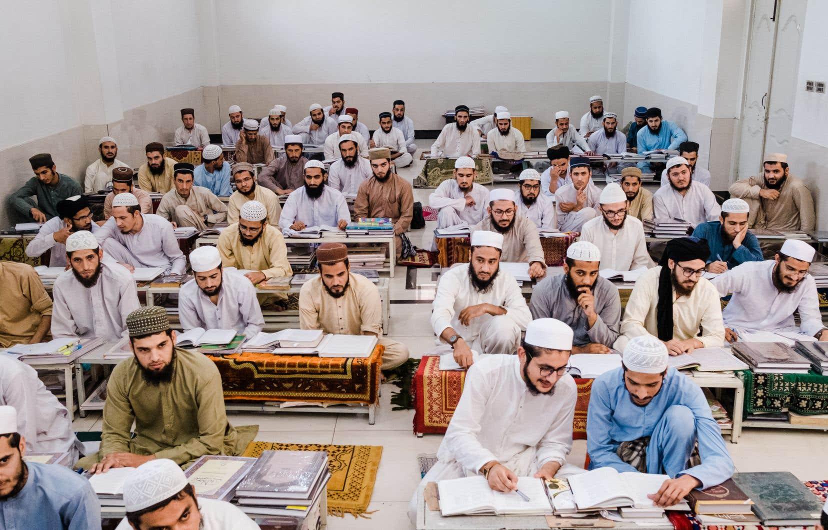 Dans les classes réparties sur plusieurs étages autour d'une cour intérieure, les élèves de la «madrasa» Jamia Usmania — qui accueille des garçons dont l'âge va de huitans à la vingtaine — suivent, collés les uns aux autres, les enseignements de leurs professeurs.
