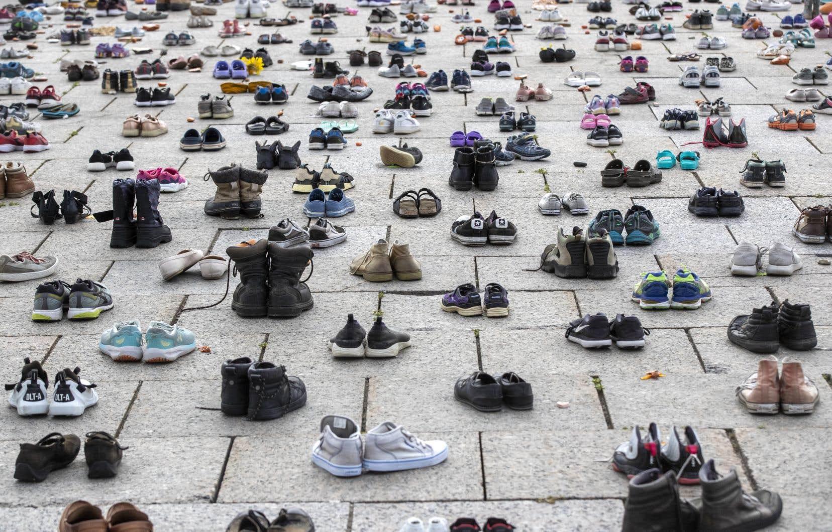 Des chaussures représentant des enfants autochtones disparus placées devant le parlement, à Ottawa, en août dernier.