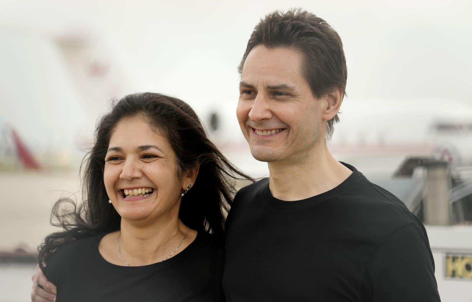 Michael Kovrig avec son épouse Vina Nadjibulla, après son arrivée à l'aéroport international Pearson de Toronto, le samedi 25 septembre 2021.