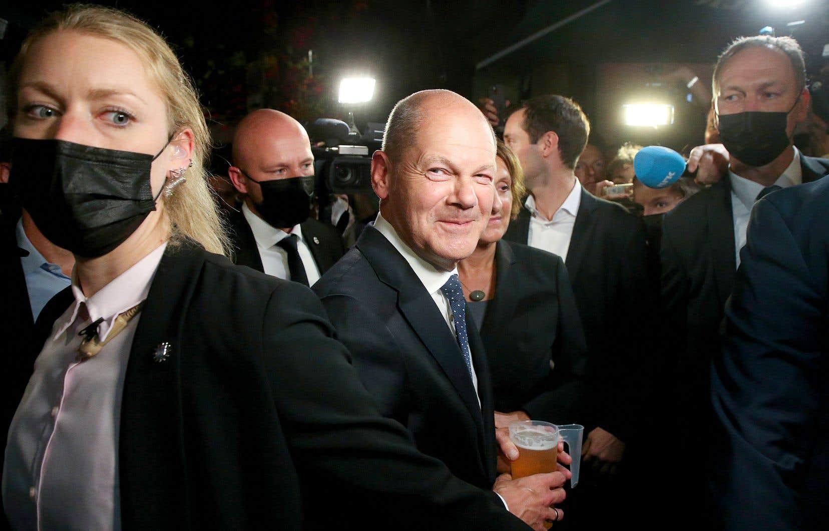 Dès le début de la soirée, Olaf Scholz (en photo) a revendiqué la victoire, puisqu'un sondage de sortie des urnes donnait au SPD une très légère avance. Olaf Scholz et son adversaire Armin Laschet revendiquent le droit de former une coalition gouvernementale.