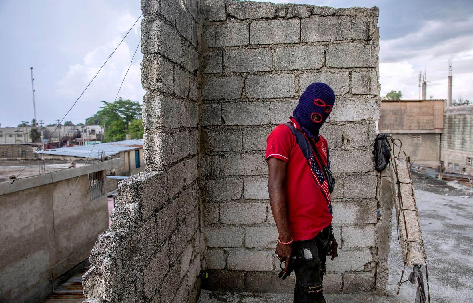 Cette réalité des cités où l'on vit sans eau, et sans électricité en dehors des prises illégales, où de jeunes hommes sont armés jusqu'aux dents, Dieu sait par qui, alors qu'ils vivent dans des maisons de tôle, est bien réelle dans l'Haïti d'aujourd'hui, explique Emmelie Prophète.