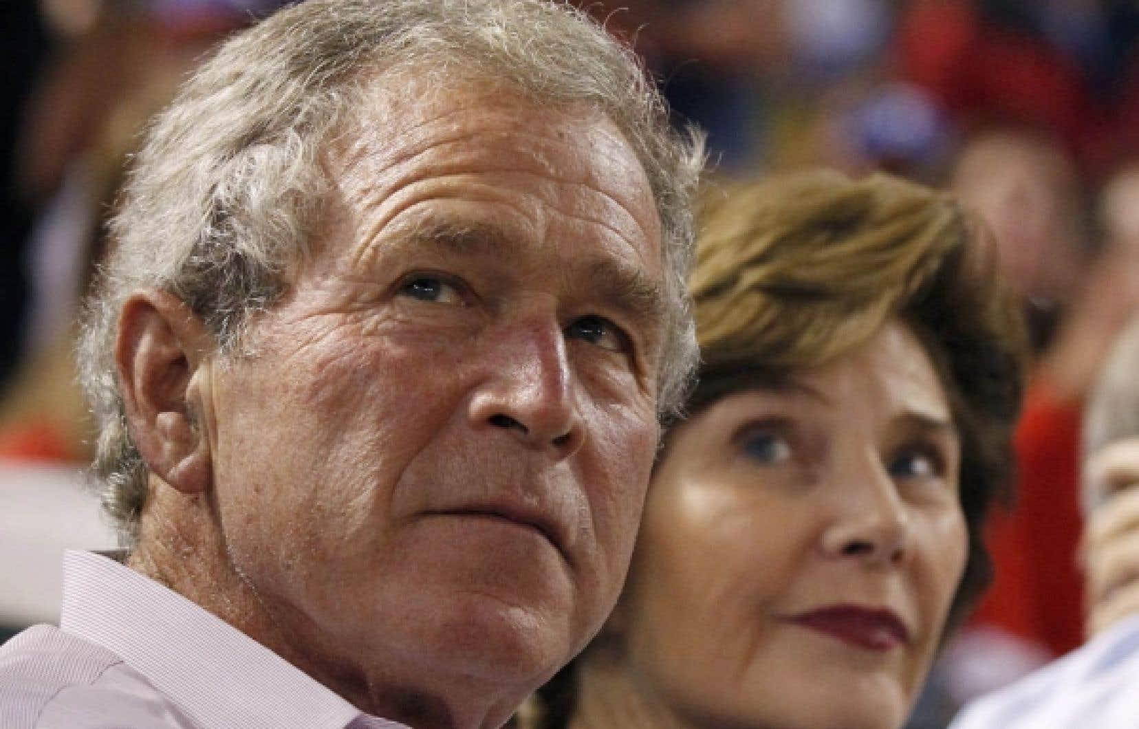 L'ex-président américain George W. Bush est attendu la semaine prochaine en Colombie-Britannique. Sur notre photo, M. Bush assistait en fin de semaine à un match de baseball en compagnie de sa femme, Laura.<br />