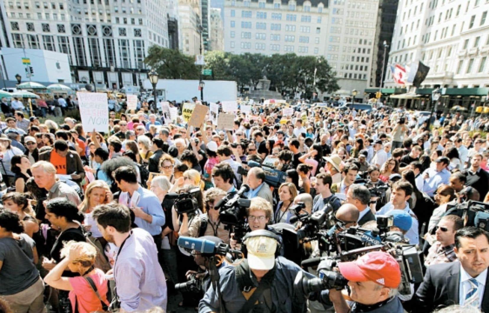 Les indignés de Wall Street dans la 5e avenue à New York, cette semaine, un mouvement qui prend de l'ampleur en Amérique du Nord et qui traduit le ras-le-bol généralisé devant les dérives du capitalisme. Le germe d'une révolution?<br />